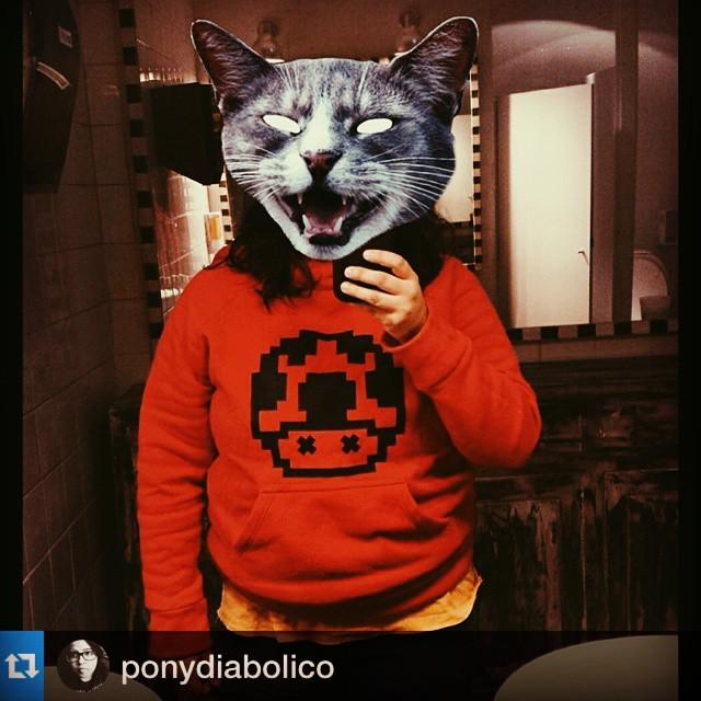 #Repost @ponydiabolico with @repostapp.・・・Vacilando mi sueter de @urban_roach ♡