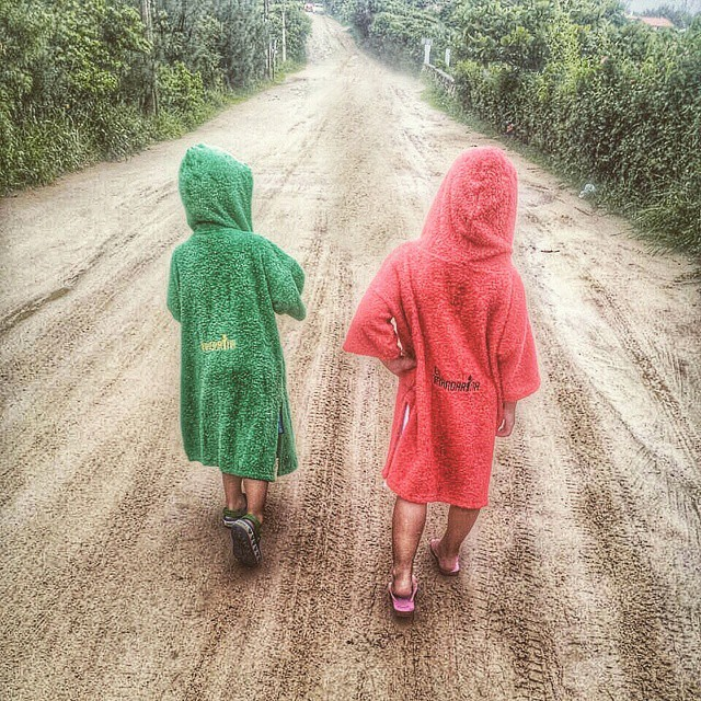 Desde Praia do Rosa, Cata y feliz encarando la caminata para volver de la playa con sus mandarinas! ♡  #summer #beach #friends #kids #colours #play #free #style #surf #holidays #ocean #water #sea #elmandarinasurf #brother #sister #road #cool #backhome...