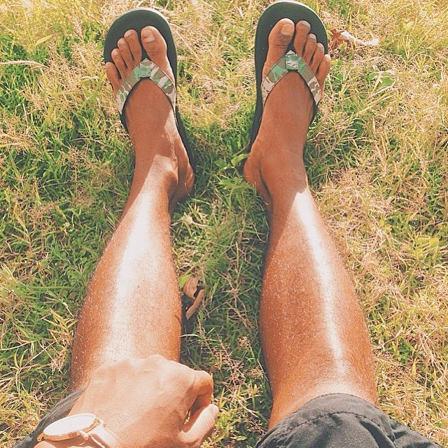 The grass is always greener on @black.dawgg 's side of the lawn ✌️ #goodhumancrew #awesomeguy #frothingcharger #thisisbali #double6sandals #soleswithsoul