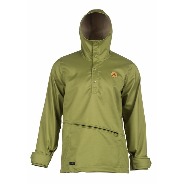 The [Ropi] Anorak soft shell.  A timeless Sierra Nevada inspired design made from stretchy water resistant soft shell fabric. It features a cozy fitting hood with a high neck line and a kangaroo pocket with a zipper. Ideal for spring days on the ski...