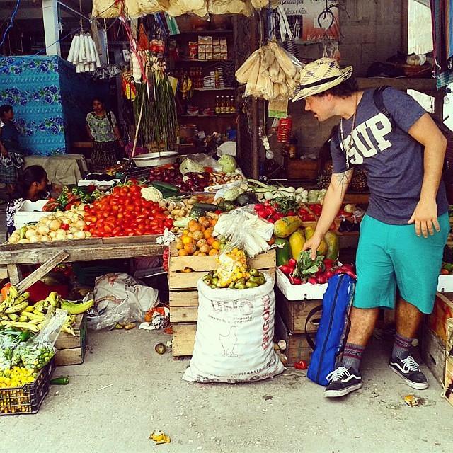 #Regram de @lamanteca  Mercado, frutas y muchos colores en Guatemala