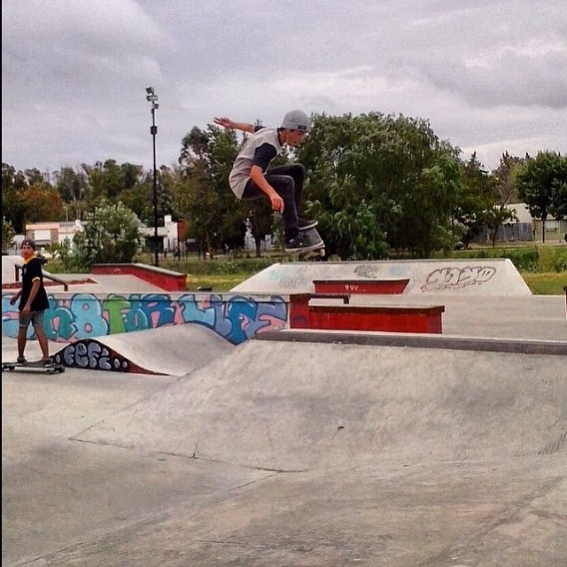 No hay obstáculos, solo aprendizaje. Ollie x Santi Rezza @santirezza #TrueToThis #Skate #Volcom