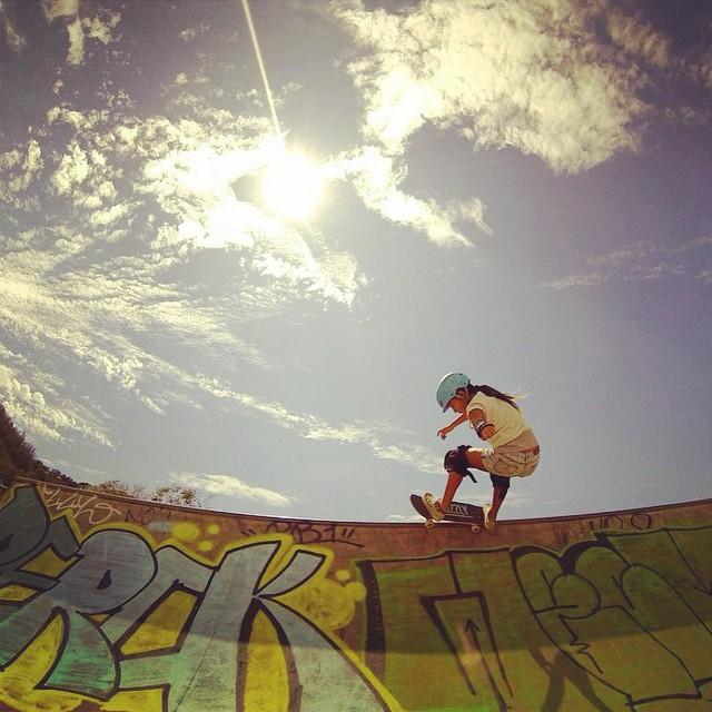 Up up and away @kodygirl_sk8 #hawaii #oahu #xshelmets #forgirlswhoshred #skateboarding #skatebikeboardski