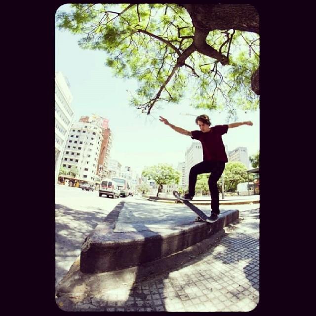 @perinapow andando la ciudad foto x @kevinenis #skate #skatevans #skateboarding #buenosaires #photo