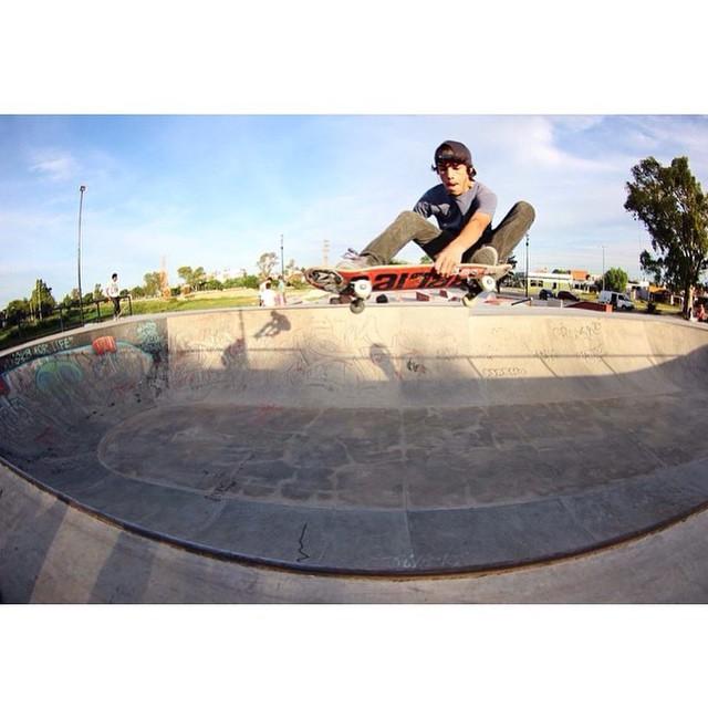 Santi Rezza @santirezza x @jorgallery y una pasada por SkatePark Berisso #TrueToThis #Volcom #Skae