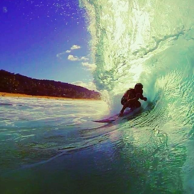 @tannergud en una ola multi color. Momento de pensar en #surf!