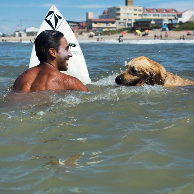 Surf Buddies por @marcostacon @ferrerasmanuel y su perro #SantaClara #Tct #VolcomSurf #TrueToThis