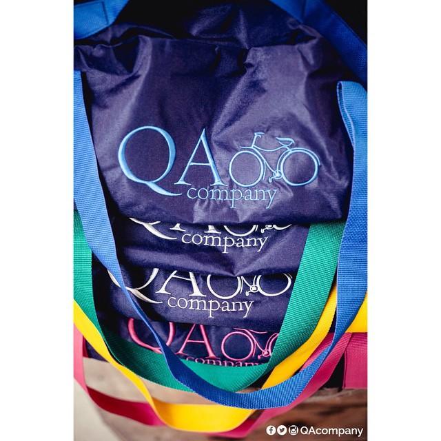 Con todos estos colores, arco iris de Actitud #QuienSabedeActitud #BolsosQA PH: @cuikafoto  www.QA.com.ar