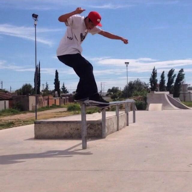 Nuestro corredor Luchito Romano nos manda esta buena foto de un feeble de front en la barandita low to hi !! #luchoromano #front #feeble #skateboarding  #skate  #skateboard  #sk8  #ufit  #ufitargentina  #lowtohi
