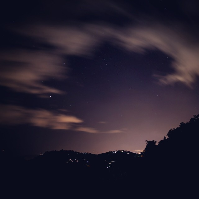Jamaican nights... /// foto por @nojotochop ||| @billabongwomens #wandermuch #starryskies #jamaica #meditation #peace #playingaround #peacerevolution #coast2coast #comopapayaconlimon #infinity #bringmethathorizon #blue mountains #kingstonnights #mountedge