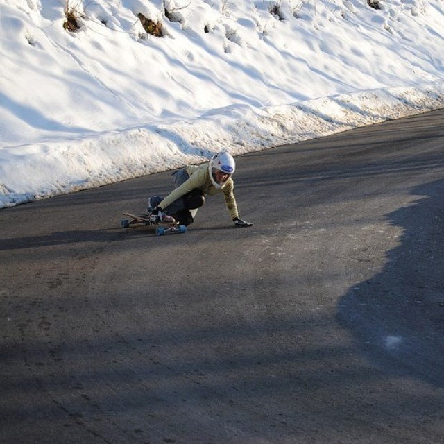 Fee Bücheler taking a left. Pic source @lushlongboards