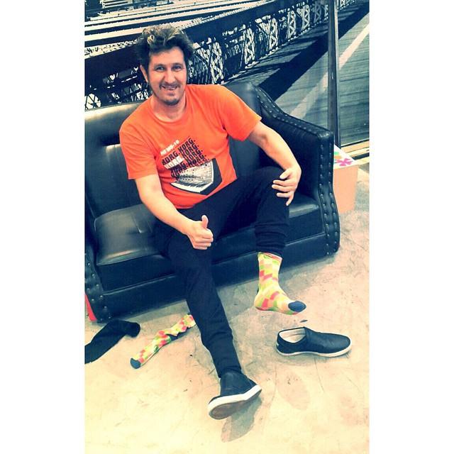 El genio de #Cucho de @ladecadentes usa medias @TiendaSuarez mientras se prueba sus @ponyarg