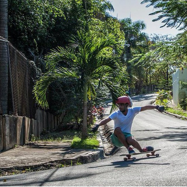 @juanca_p enjoys them right turns in Santo Domingo #keepitholesom #delpatiolongboarding