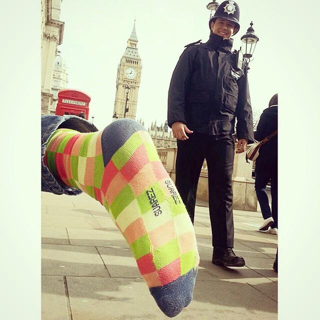 London baby, yeah! Hasta al Policeman le gustaron las Suarez #ViernesDeViaje #MediasConOnda #london #style #socks