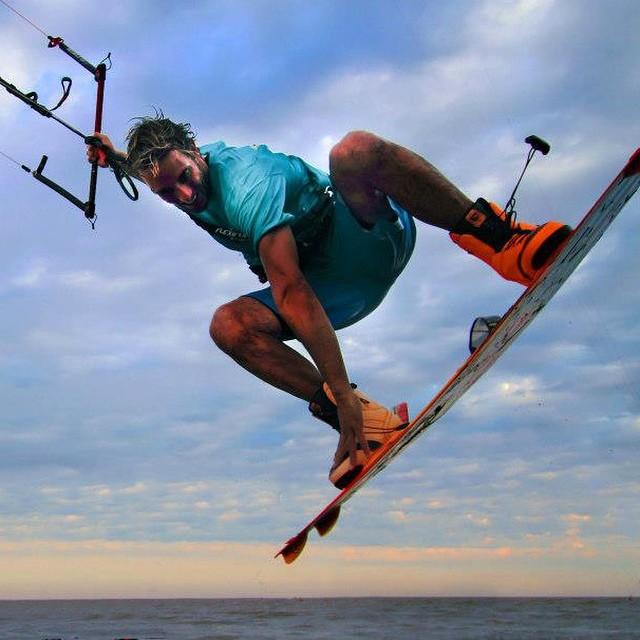 """Les presentamos a nuestro nuevo rider Eduardo Elli y su pasión por el kitesurf: """"Me encanta como estilo de vida: es una actividad que se puede hacer acá, donde uno vive y es fácil de aprender. Además, te podés relacionar con otra gente y te da mucho..."""