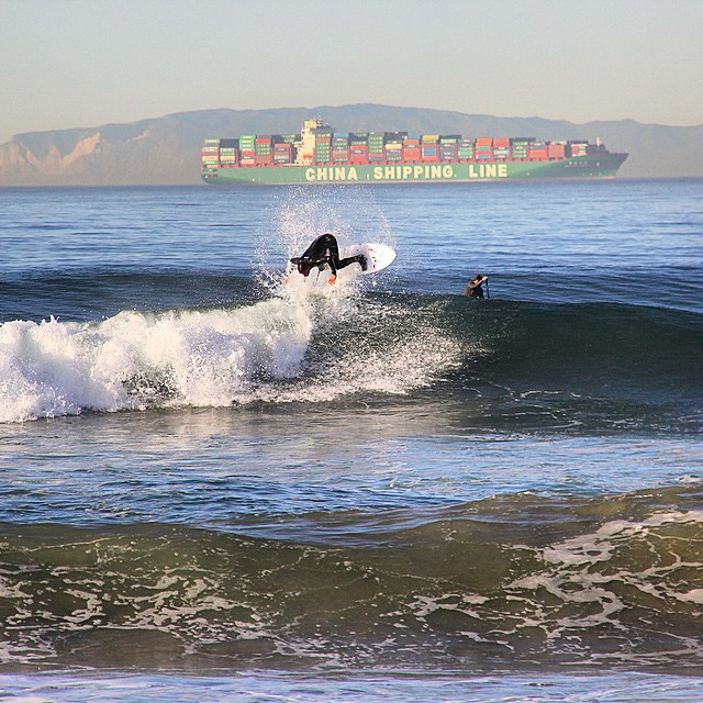 Our good mate from Cape Town, SA @nick_molde flairing in HB!  Photo: Matty boy #surfcity #uluLAGOON #surfing #surfwax #finsout #saffa #brudown #hb #surfshops #chinashippingline #theogsurfwaxcandle