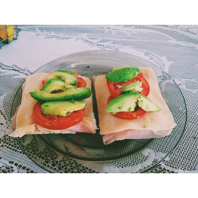 Almorzanding #avocado #tomato #cheese #ham #ricecrakers #instafood #food #thinkgreen #light #apple #iphone