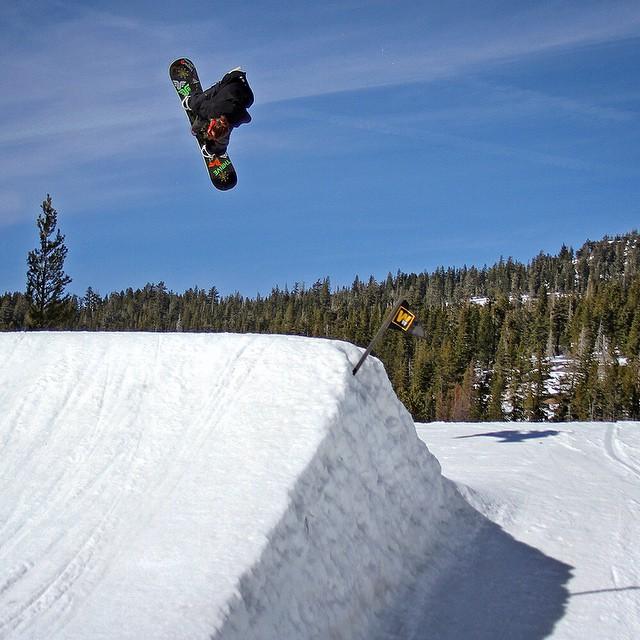 @moofosta #corking @borealmtn #snowboarding #thrive #renegade #bigair #tahoe