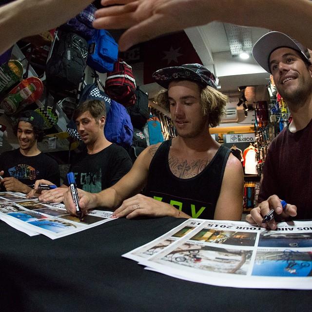 Una de hace un rato, en la firma de autógrafos por parte del team internacional de BMX en Faction. Choque ✋ #vansbmxvideo @vansbmx66