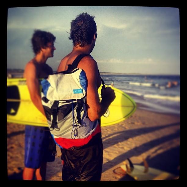 #miracleworkers @negroggio y @mike chequeando el #lineup . #discoverpack #surfing #joseignacio www.mafiabags.com