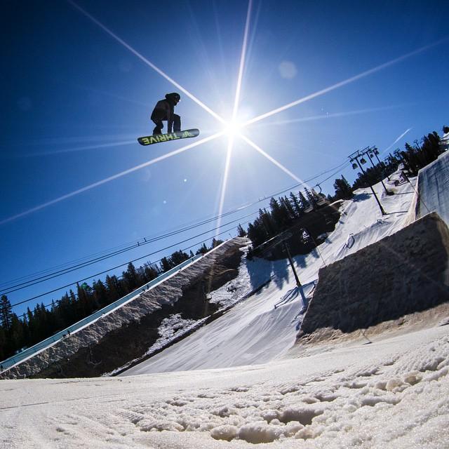 Rider @fredericoromano @mammothmountain @mammothunbound #snowboard #thriving #bigair #sunflare #argentina