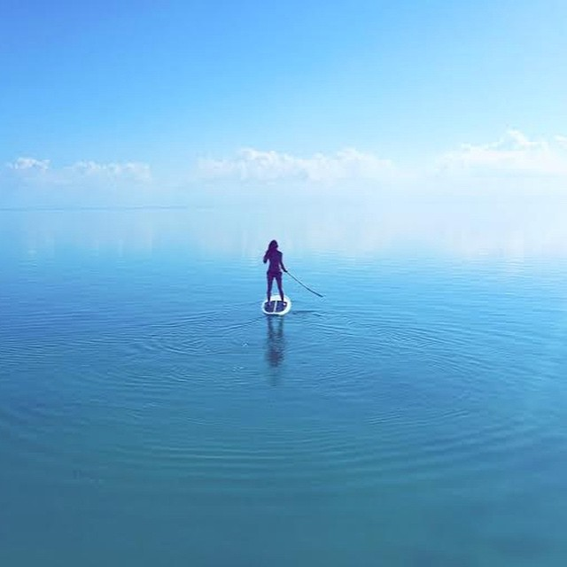 Into the great wide open, under them skies of blue... @mermanda_ is loving every minute of it :) #getoutthere #miolainthewild #oceanlover #supgirl #greatwideopen #miolagirl