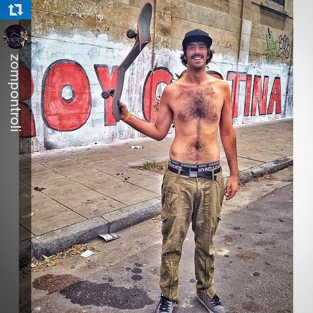 #Repost de nuestro amigo @zompontroli con el espíritu VITA al mango!! ・・・ ADIÓS CHURRI.  #fuistelamejor #Crack #skateboard #chante #barrio #damagedskt #trasher #igersbsas #gracias@guidoabade  @vitacaps
