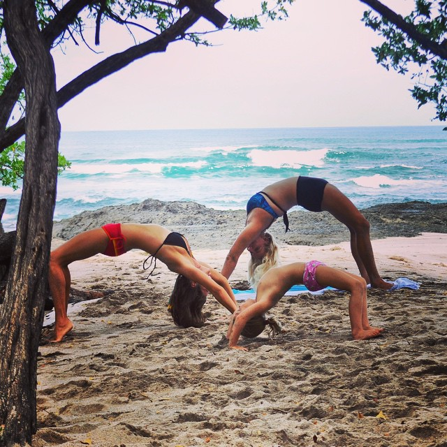 You're never too old to go out and get bendy! @hali__love @sambatothesea and the cutest little mini yogi we've ever seen gettin' bendy in #Tamarindo ||