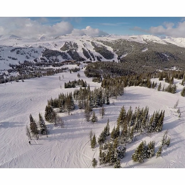Sunny spring days at #SunshineVillage in the #ColoradoRockies . Birdseye view by @corbinvisual | #Drone #BanffNationalPark #tbt ☀️