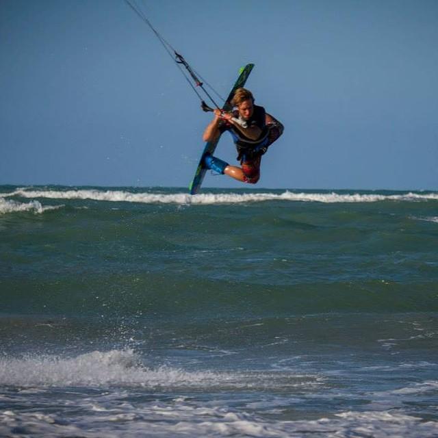 Al extremo! kitesurf con Eduardo Elli en el Río de La Plata. #soul #kite #river #reefargentina 