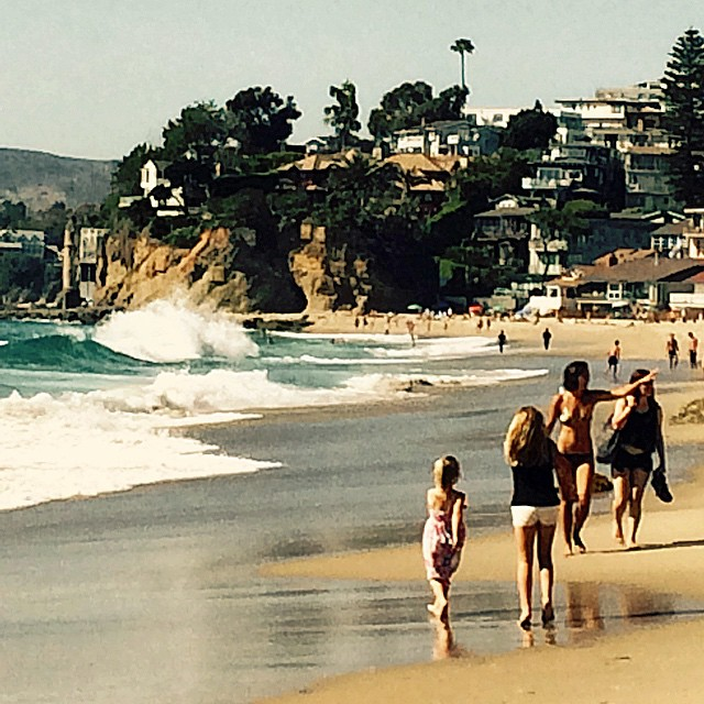 Victoria Beach in Laguna Beach, CA. Look closely and you can see a French style tower coming out of the reef. Real live castles in the sand. #uluLAGOON #laguna #ca #surf #surfwaxcandles #coastal #beachculture #sundayfunday #happypeople...