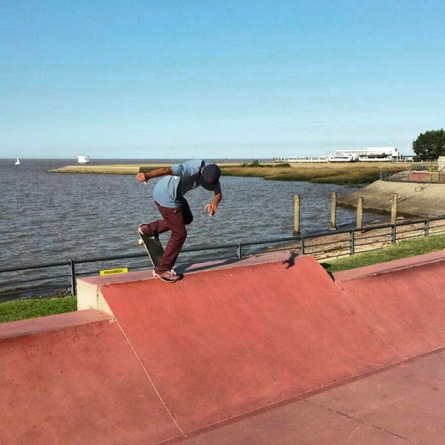 Excelente foto de Luciano Romano patinando un backside noseblunt en el parque costanera!  #ufit  #ufitargentina  #skateboarding  #skate  #skateboard  #back  #noseblunt #luchoromano  #sk8
