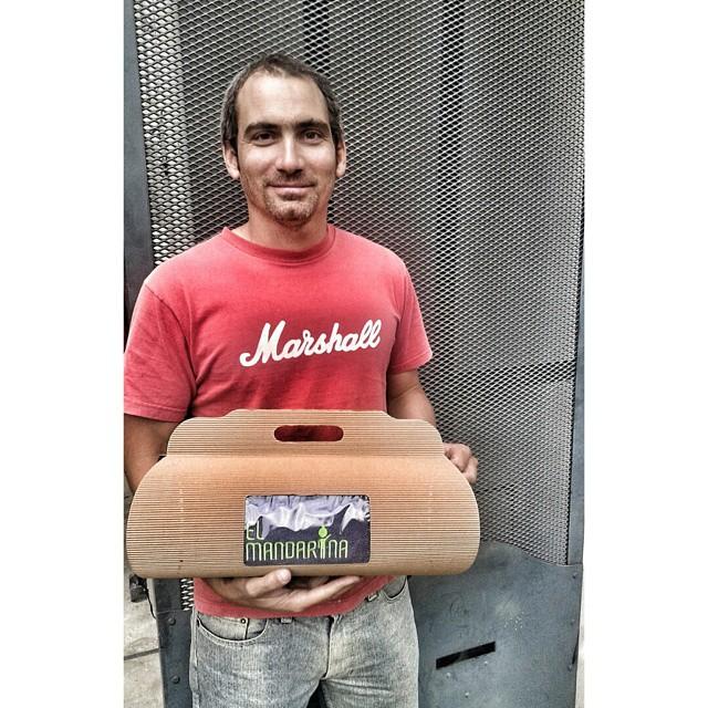 Santi Reboratti, listo para kitear con su mandarina!!! ★