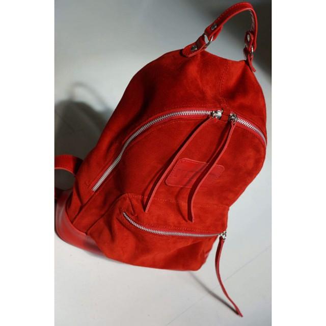 Nueva Mini Navajas roja. Gamuza y cuero. #backpacks #leather #mambobackpacks