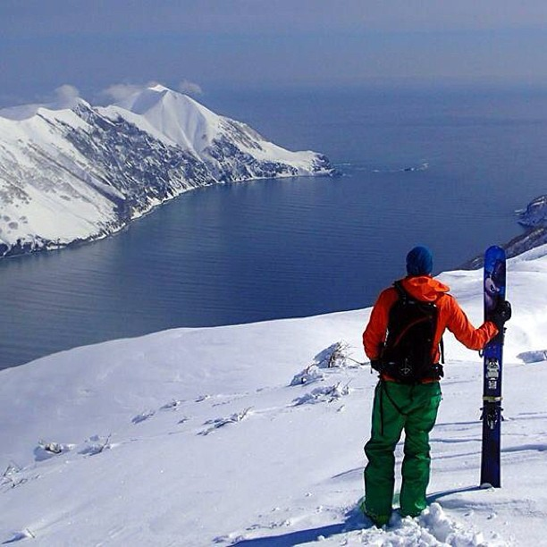 Heli skiing in Kamchatka Russia looks pretty sweet! Ismet with his 186cm Rapture is taking in the view #russia #heliskiing