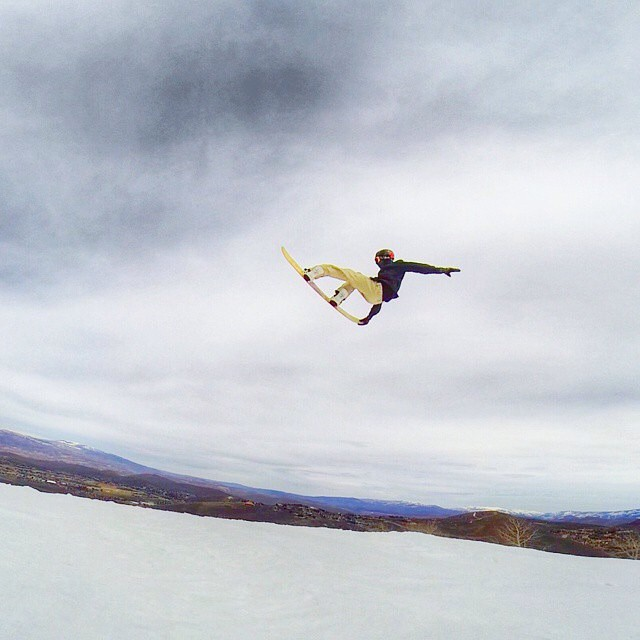 #FluxBindings rider @jah_he always takes advantage of his airtime to get a proper tweak in. Photo by: @Huntron