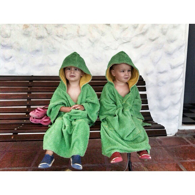 Asi estaban los mellis Castro Feijoó en Miramar planeando alguna!  #summer #beach #friends #kids #colours #play #free #style #surf #holidays #ocean #water #sea #elmandarinasurf #brother #sister #road #cool #backhome #sun #sand #water #sand #twins #green