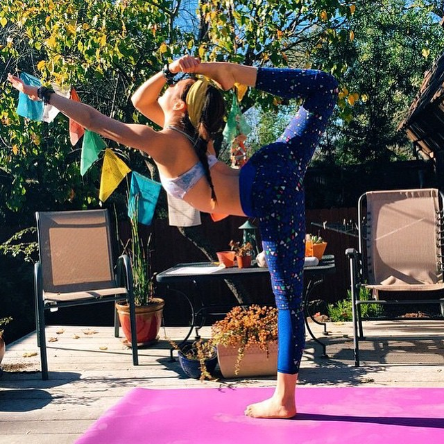 This is pure motivation. @aleyabee you make this look easy and the pants look great!✔️ #regram #yoga #pose #sustainable #active #style