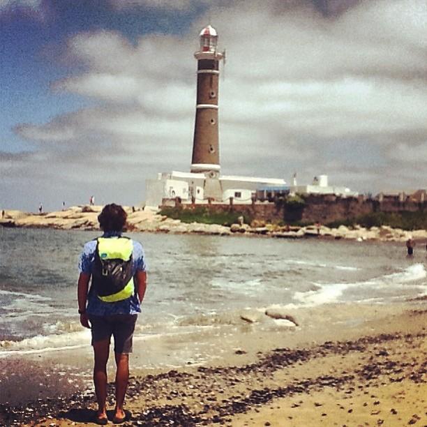 Con los pies en la arena. Marcos Mafia y su #discoverpack checkeando el viento. #lighthouse #goexplore
