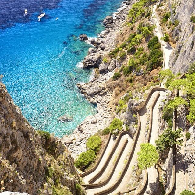 #ReefPlayas MARINA PICCOLA, Capri, Italia. Las playas de Marina Piccola son el lugar perfecto para disfrutar del buen tiempo y los ricos colores de un mar tan acogedor. La manera más popular de llegar a la playa es a través de la pintoresca Via Krupp,...
