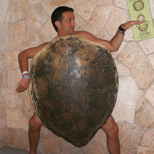 Segun la mitologia urbana bonaerense.. la tortuga manuelita se habia fugado de pehuajo para patearle la cabeza a este tipo, logrando su extincion inmediata, para el bien de la humanidad. Amen.