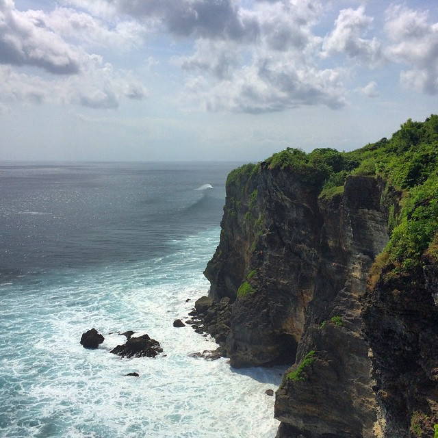 Sea caves and big waves on the uluwatu peninsula!