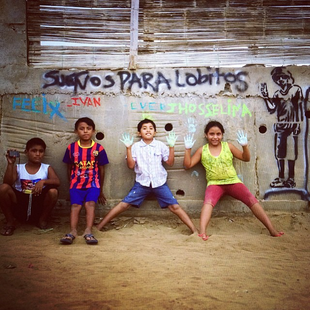 Hoy... Youth took to the beach equipped with spray paint and a stencil to share their dreams for their community with the world /// Gracias @lobitos_cinema_project @antonellaavolio @aliciabriscoe #librosalobitos @waves4dev /// #wandermuch...