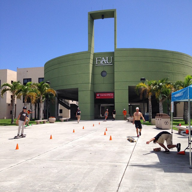 Manual slalom and #bitethebag in progress here at #FAU. Stop by and play! #LoadedFLTour @whoisadamcolton @kylechin #loadedboards @orangatangwheels #orangatang #LoadedCollegeTour #LoadedShopTour