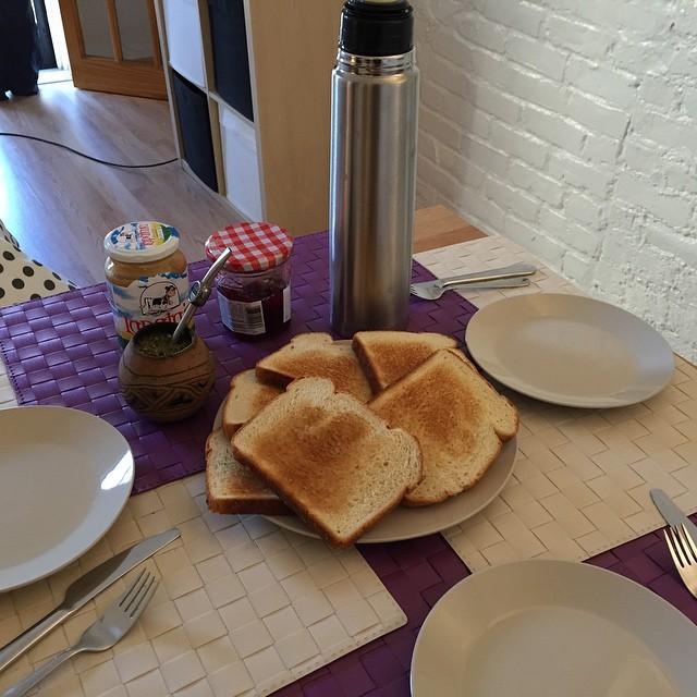 Desayuno argentino gracias a la visita de @florspi que trajo mate y compró termo.