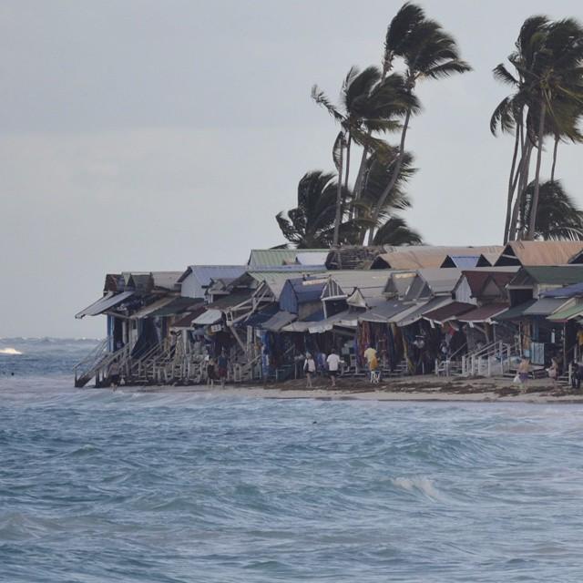 Gran mercado de puestos para regalos del lugar, como imanes, remereas, licores. Etc... punta cana. Republica Dominicana