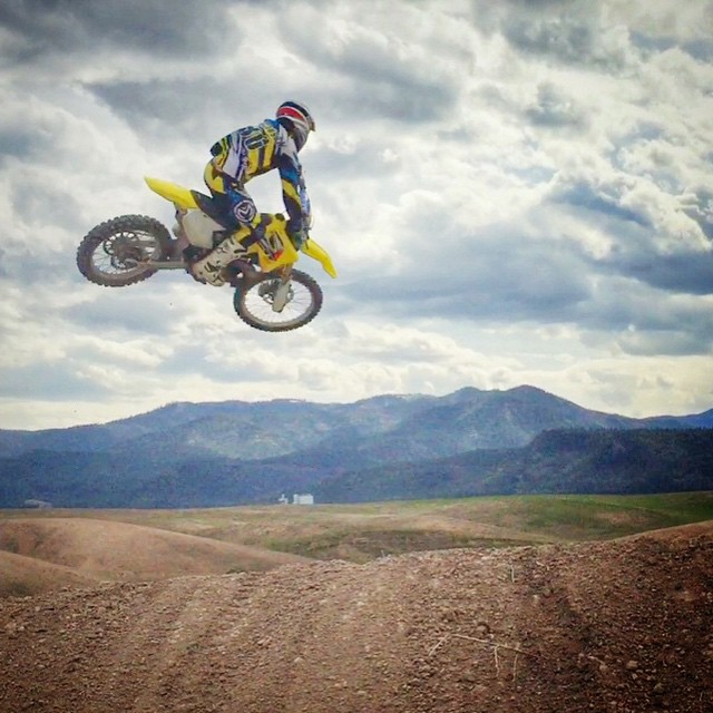 The scenery was a bit distracting... @barnettmxphotography making the photo better! #barnettmxphotography @wolftrainingacademy #wolftrainingacdemy #montana #west @officialmooseracing @fmf73 @suzukicycles @ride100percent @mikametals @wisecopistoninc