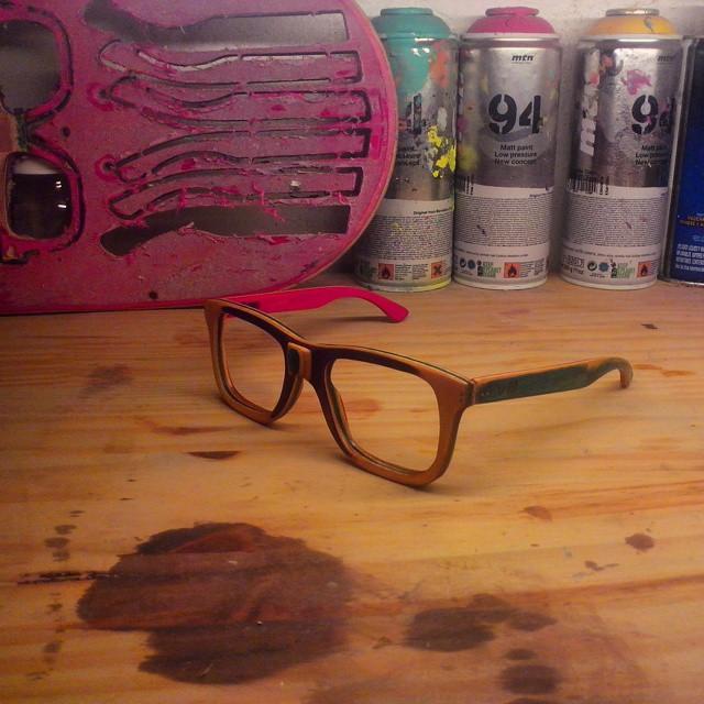 Mostramos un poco nuestro sector de trabajo y les presentamos una nueva combinacion de colores en los anteojos reciclados! #recycled  #recycledwood  #recycledskateboard  #recycledskateboardart  Seguinos por el instagram de  U.FIT.ARGENTINA