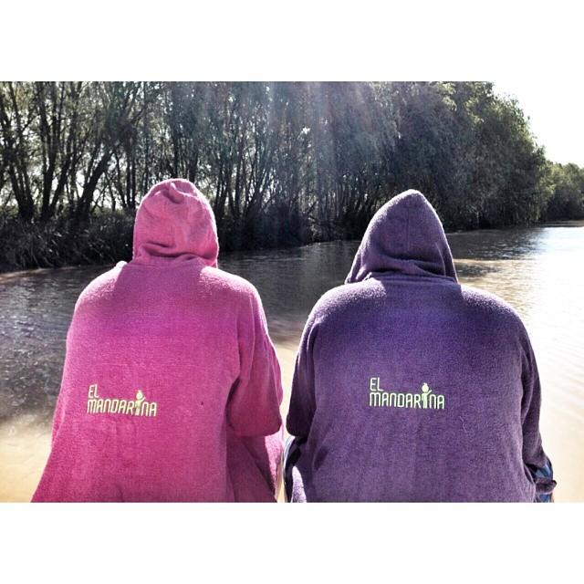 Luli y Sebas en el rio tranquilancha, descansando despues de una gran session de wakeboard con @elmandarinasurf .  Hace tu pedido a traves de nuestro facebook: elmandarina surf  #river #lagoon #ship #summer #beach #friends #kids #colours #play #free...
