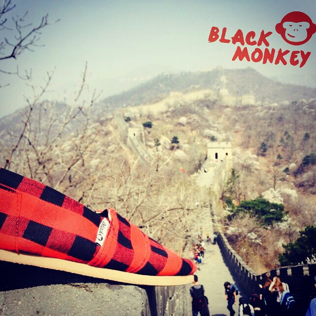 A las #blackmonkey les gusta viajar!! Esta vez desde la muralla China! @blackmonkeystore  #alpargatas #travel #china #murallachina #design #saturday #live #whataview #blackmonkeystore #enjoytheride